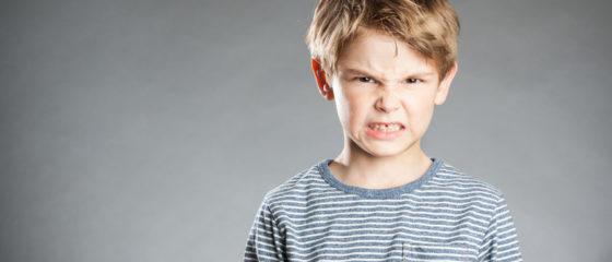 Portrait, Junge, grauer Hintergrund, Emotion, verärgert, Wut, wütend